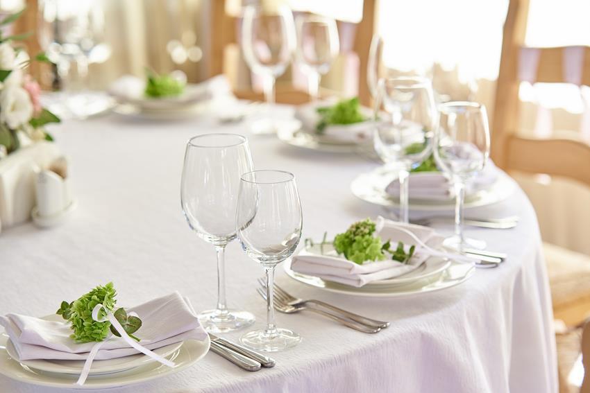 Jak dobrać rozmiar obrusu w zależności od kształtu stołu?